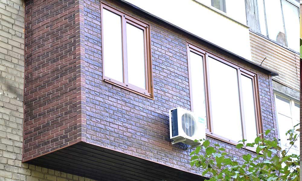 Балкон из фасадных панелей под кирпич