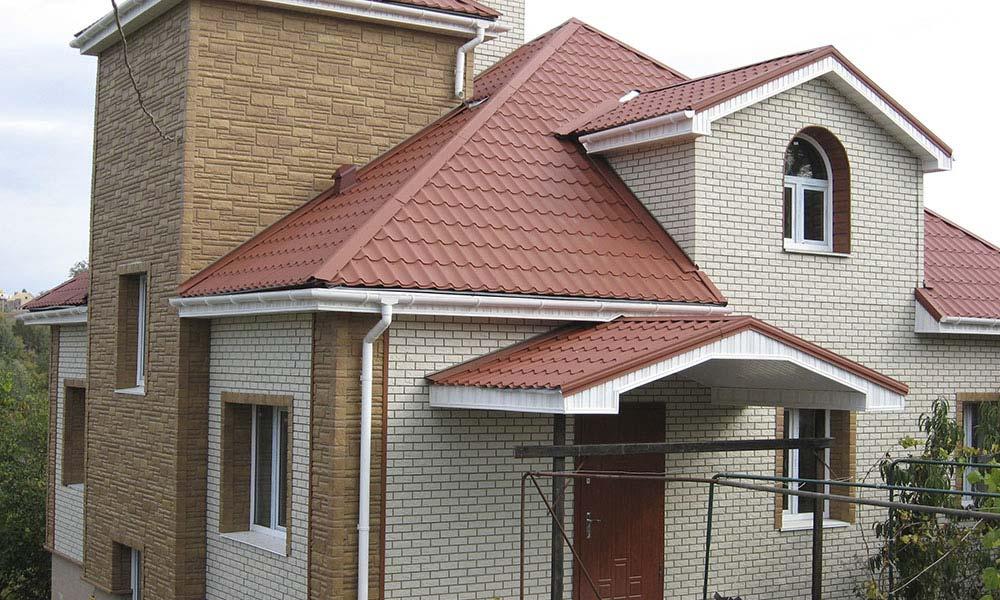 дом в двух цветах в цокольном сайдинге под кирпич