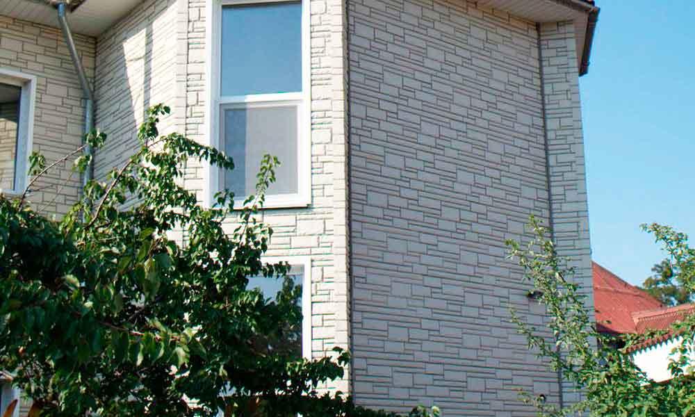 обшивка дома фасадной панельб подк камень