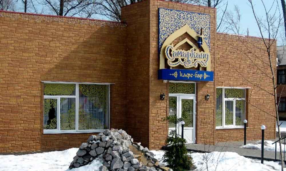 фасад дома обшит коллекцией фасдых панелей под Камень