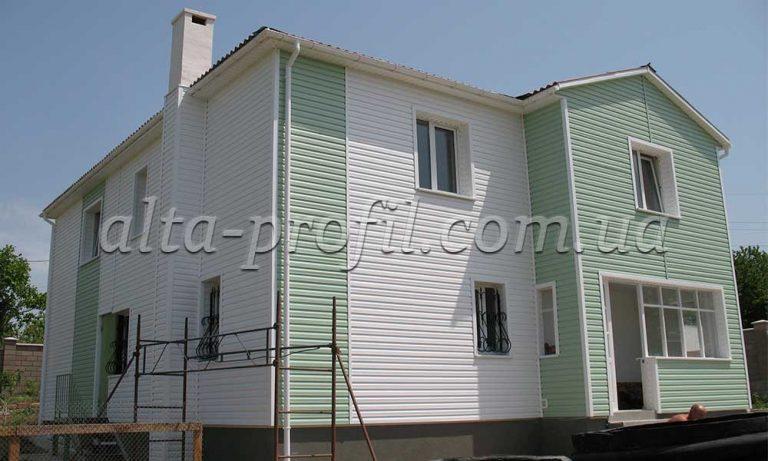 Пример обшивки фасада белым и салатовым сайдингом Alta Siding