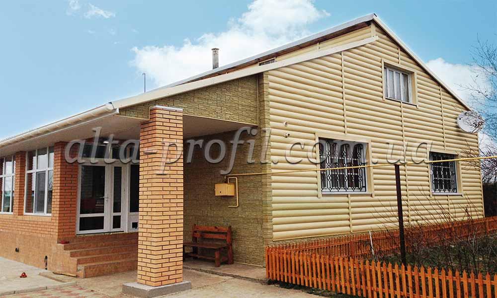 Отделка дома сайдингом под дерево и фасадными панелями от Альта-Профиль. Block House , цвет золотистый от Альта-Профиль.