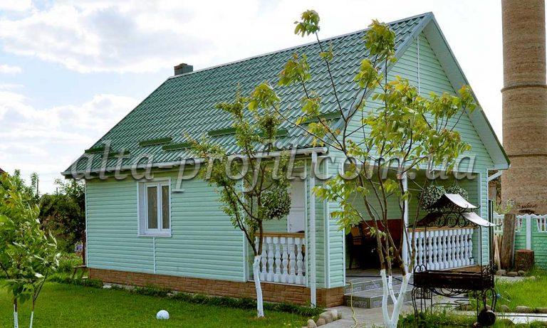 оливковый сайдинг Альта-Профиль. Обшивка дачного дома виниловыми панелями.