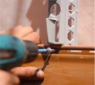 монтаж сайдинга саморезом по центру перфорированного отверстия